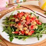 Сочный салат с рукколой и тунцом