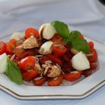 Салат с моцареллой и вялеными томатами