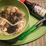 Тайский суп с яичной лапшой и лососем