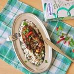 Лосось с острым соусом и рисовым гарниром