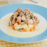 Теплый салат из мясного ассорти со свежей зеленью