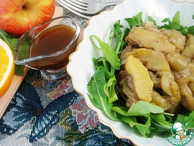 Теплый салат с куриной печенью с яблоками