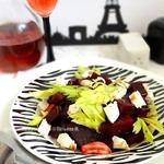 Теплый салат с козьим сыром и запеченной свеклой