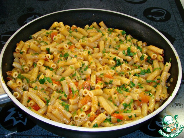 Курица с макаронами на сковороде с фото