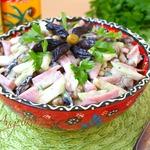 Салат с ветчиной, черносливом и горошком