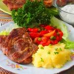 Мясо с гарниром из помидорок черри и горошка
