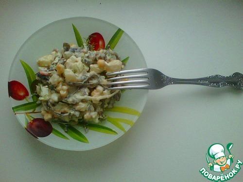 Соединяем баклажаны, лук и яйца, добавляем майонез, тщательно перемешиваем и даем немного настояться
