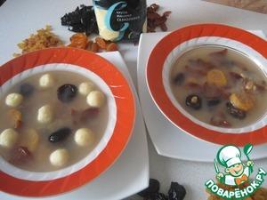 Рецепт: Сладкий суп с сухофруктами и ванильно-творожными клецками