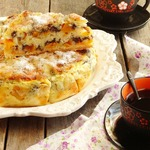 Манный пирог с персиками и маком