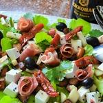 Салат с хамоном и фруктами