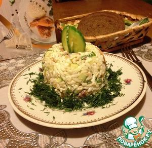 Рисовый салат с копчёной рыбой