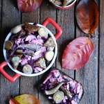 Салат со шпротами и чесночными гренками