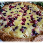 Заливной яблочный пирог с ягодами
