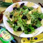 """Салат """"Зелёный"""" с оливками и чипсами"""
