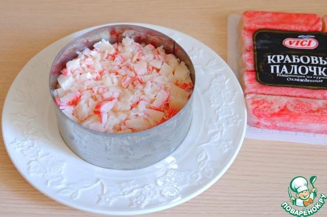 Приготовит салат с крабовыми палочками