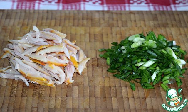 Салаты с сыром и копченой курицей с