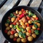 Картофель, запеченный с помидорами и сосискамм