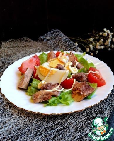 Вкусный салат с тунцом в сырной тарелочке