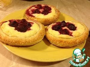 Слоеное тесто с творогом и ягодами