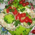 Салат с копченой рыбой, картофелем, огурцами