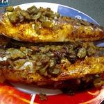 Запеченная скумбрия с солеными огурцами