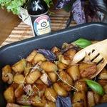Картофельные дольки, запеченные с луком