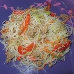 Тёплый салат с фунчозой и редькой