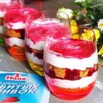 Десерт со сливками и вишневой карамелью