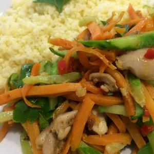 Рецепт: Салат с жареным огурцом и курицей