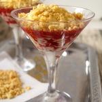 Десерт с малиновым соусом и штрейзелем