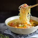 Суп с рисовой лапшой и крабовым мясом