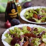 Салат с печенью и карамелизированными сливами