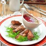 Куриная печень со свекольно-клюквенным соусом