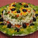 Слоеный салат из ветчины с маслинами