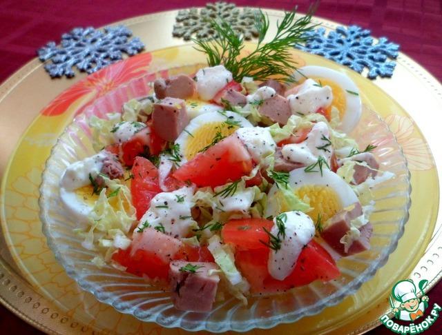 тунцом с Вкусный в тарелочке салат сырной