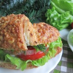 Круассан-сэндвич с лососем
