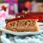 Постный миндальный торт в клубничной глазури