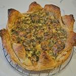 Сытный овощной пирог из слоеного теста