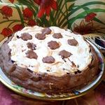 Шоколадный пирог с черешней и безе