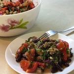 Овощной салат с сельдью и фасолью