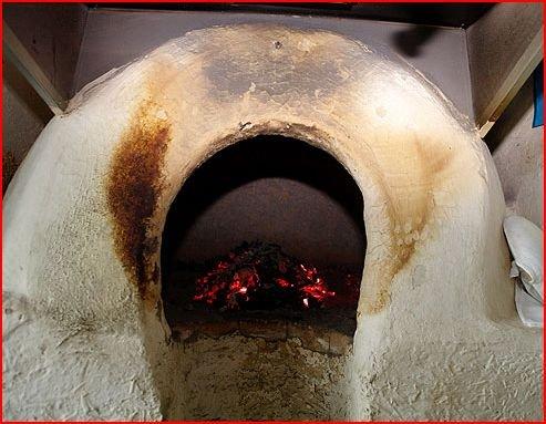 Тандыр - это такая печь глиняная, в ней отверстие.  Внутри разжигают огонь, а на стенках выпекаются лепёшки, пирожки.