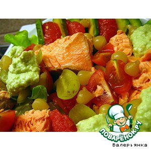 Рецепт Салат с лососем,  виноградом,  авокадо и черри
