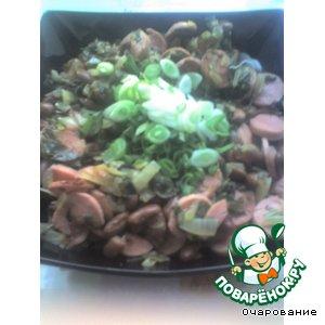 Рецепт Салат с жареными сосисками