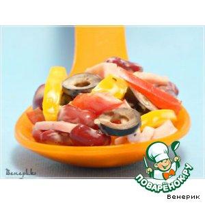 Салат с фасолью, оливками и ветчиной