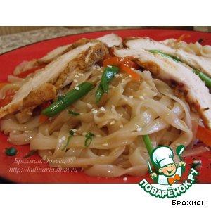 """Рецепт Три удовольствия Бра: """"Рисовая лапша с овощами и подкопченной на чайном листе куриной грудкой"""""""
