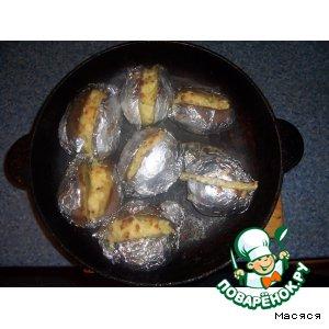 Рецепт Картофель в фольге с сырной начинкой