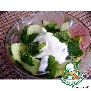 Рецепт Салат из огурцов с йогуртом и мятой