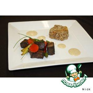 Рецепт Говяжьи кубики с болгарским перцем, спаржей, с пудингом из гречки и соусом из белых грибов