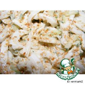 Рецепт Салат с кальмарами, огурцами и кунжутом