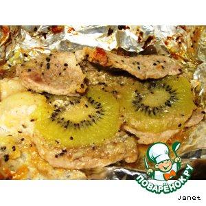 Рецепт Свинина, запечeнная с киви, в фольге
